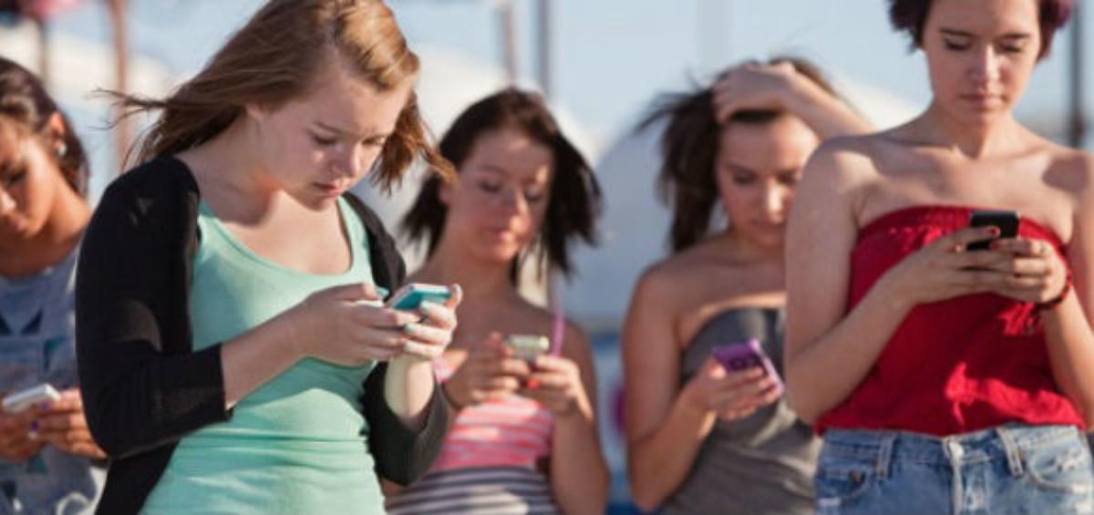 Giovani e smartphone 1200x565 - Facebook vuole imparare lo slang dei giovani