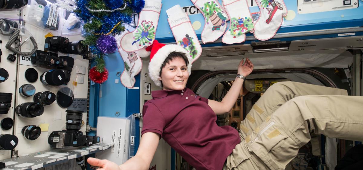 """Samantha Cristoforetti ISS 1200x565 - Perché si fluttua a bordo della Iss? Il libro scolastico sbaglia la risposta. E AstroSam lo boccia: ''E' una sciocchezza"""""""
