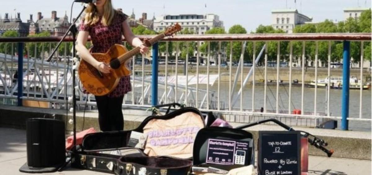 Charlotte Campbell 1200x565 - A Londra l'elemosina si lascia con lo smartphone